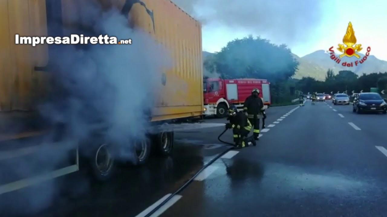 Atripalda - A fuoco rimorchio sull'Avellino Salerno