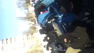 Шостка готова встречать бандеровцев(Сегодня днем, 28 января, у здания горисполкома собралось около 80 молодых людей, на их лицах были маски, а на..., 2014-01-28T16:33:48.000Z)