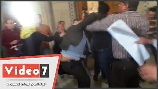 بالفيديو والصور.. أنصار مبارك يعتدون على محامى أسر شهداء ثورة يناير فى دار القضاء العالى