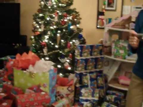 Los ni os encuentran sus regalos bajo el arbol de navidad - Arbol de navidad con regalos ...