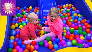 ДЕТСКИЙ ПАРК развлечений с шариками и машинками Милана играет с братикам на детской площадке