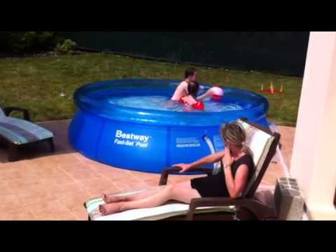 Piscine gonflable youtube for Piscine la foir fouille