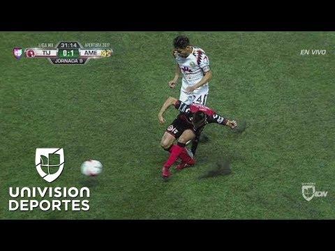 El árbitro le perdona la roja a Oribe Peralta por una patada por detrás a Damián Pérez
