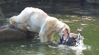 Hayvanat Bahçesinde Hayvanların Yanına Düşmüş 5 İnsan