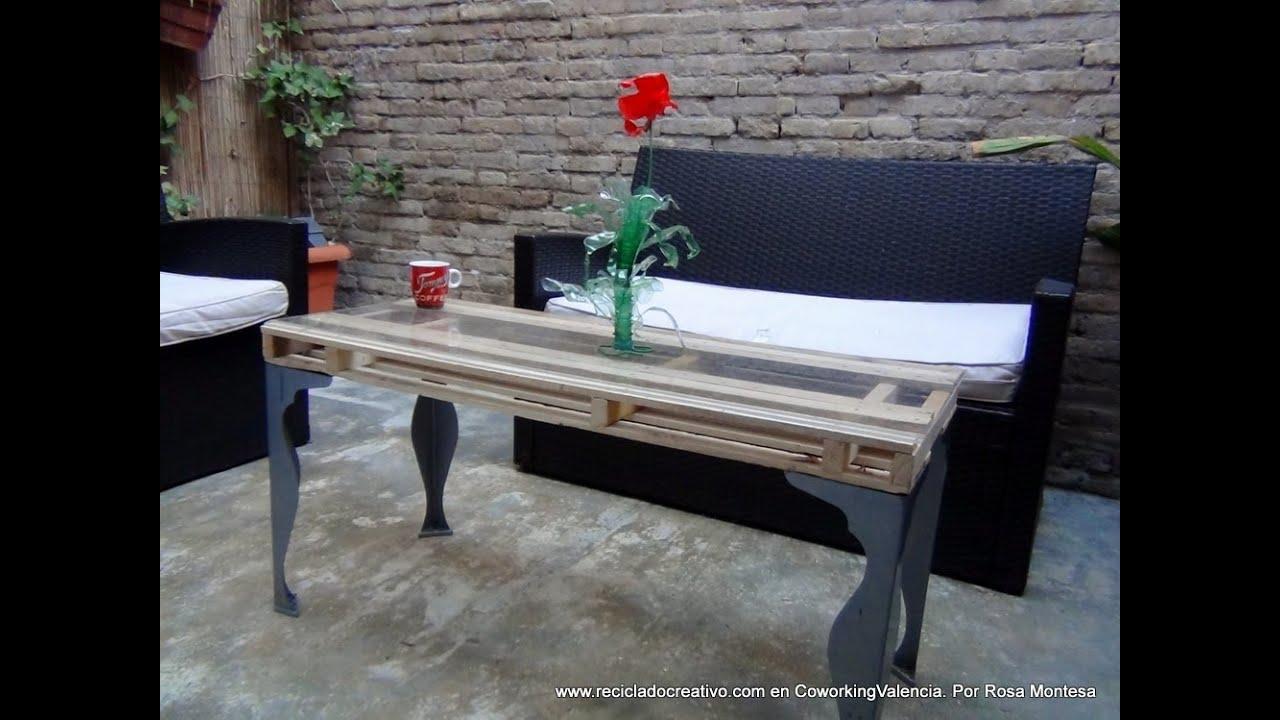 Mesa auxiliar de terraza con un palet y unas patas de una - Que hacer con un palet ...