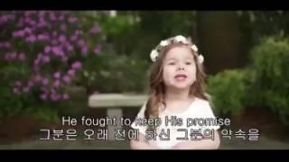 فتاة صغيرة ترنم للمسيح