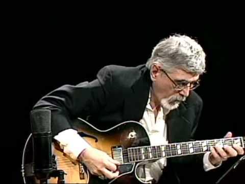 joe robinson bass guitar - 480×360