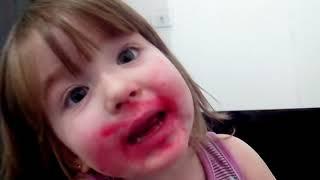 Mariana comendo batom