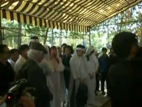 Đám tang Phạm Duy -Thái Hiền - Thái Thảo - Tiếng sáo Thiên Thai - khi hạ huyệt.MOV: Thái Hiền và Thái Hảo hát Tiếng sáo Thiên Thai tại đám tang cha, khi vừa hạ huyệt