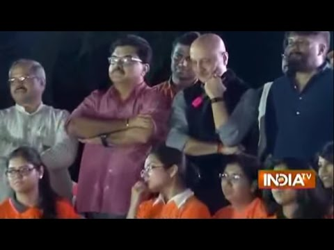 HOT Debate Between Anupam Kher and JNU Students in the Campus