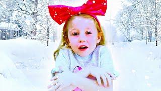 Nastya y sus amigas aventura de invierno y jugar con el muñeco de nieve