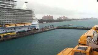 バハマの首都ナッソーに到着。 港のドリーム号から見える景色。 遠くに...