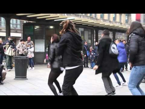 Flashmob marry you bruno mars proposal Tony & Sara piazza Cordusio Milano