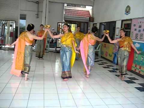 Loy Kra Thong Dance