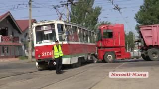 """Видео """"Новости-N"""": В Николаеве зерновоз протаранил трамвай"""
