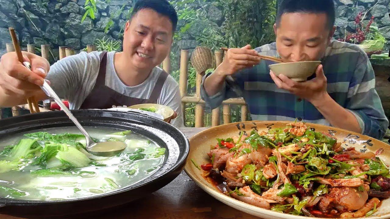 哥倆今天吃肚包豬腳,大鐵鍋燉耙,再搭配青菜湯,邊吃邊喝真過癮! 【鐵鍋視頻】