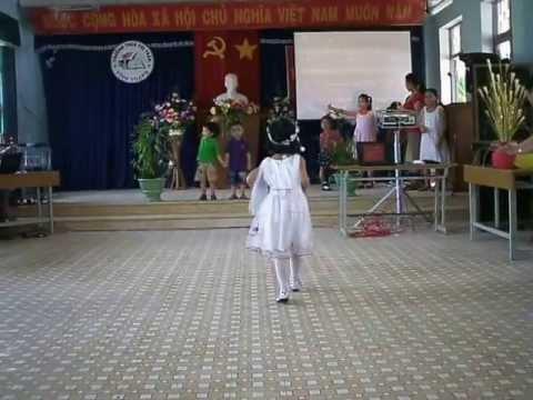 Người mẫu nhí biểu diễn_Trường THCS thị trấn Vĩnh Thạnh
