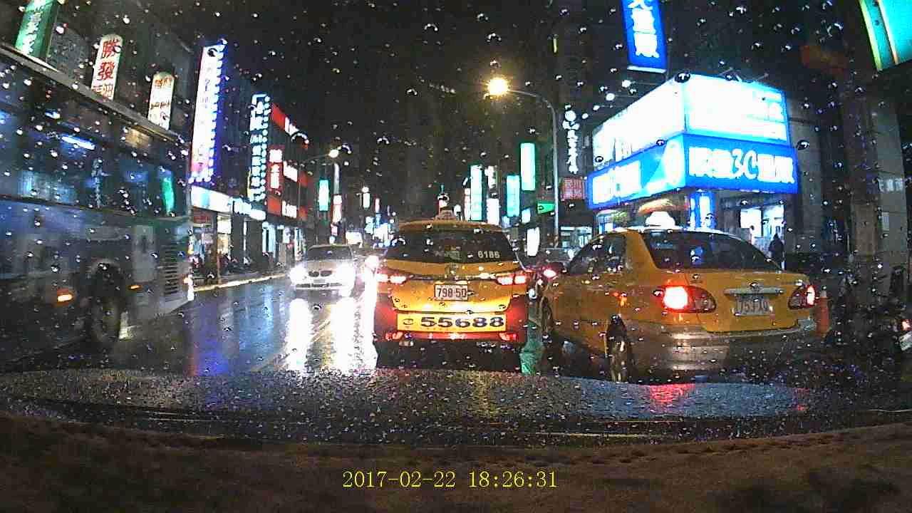 追蹤者999 行車紀錄器 (深色隔熱紙) 夜晚雨天 - YouTube