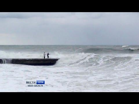 В Сочи пятибалльным штормом смыло в море мужчину