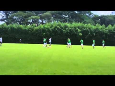 Al igual que en primera vuelta, Mauricio Macri jugó al fútbol y marcó un gol de tiro libre
