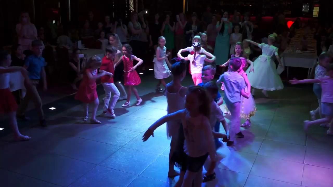 Обычно в специальных магазинах можно купить туфли для разных видов танцев. Для бальных танцев, обувь для спортивного танца, специальную обувь для балета и для занятий хореографии. Вместе с обувью в магазине можно приобрети платья, костюмы, аксессуары для танцевального искусства.