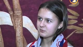 Линус Умарк вручает свою награду Луке Борисову