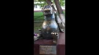 Памятник Счастью. Волк из мультфильма жил был пес.