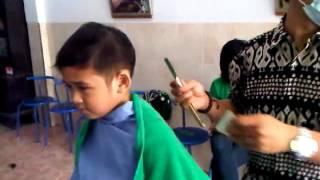 Ragil potong rambut