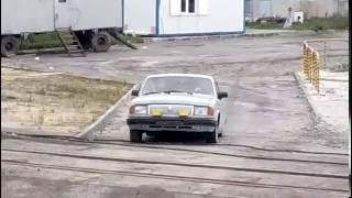 """""""فيديو"""" شاهد عملية نقل عدد لا يصدق من الأشخاص داخل سيارة متهالكة"""