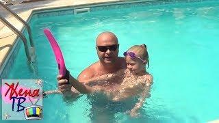 Видео для детей: Как научиться плавать В ЛАСТАХ Учимся плавать Учим ребенка Детский канал Женя ТВ
