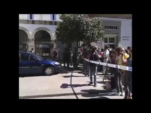 VÍDEO - Los vecinos reciben entre improperios al detenido, a su llegada al juzgado
