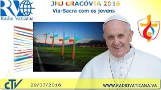 O Papa conduz a Via-Sacra com milhares de jovens no Parque Jordan.