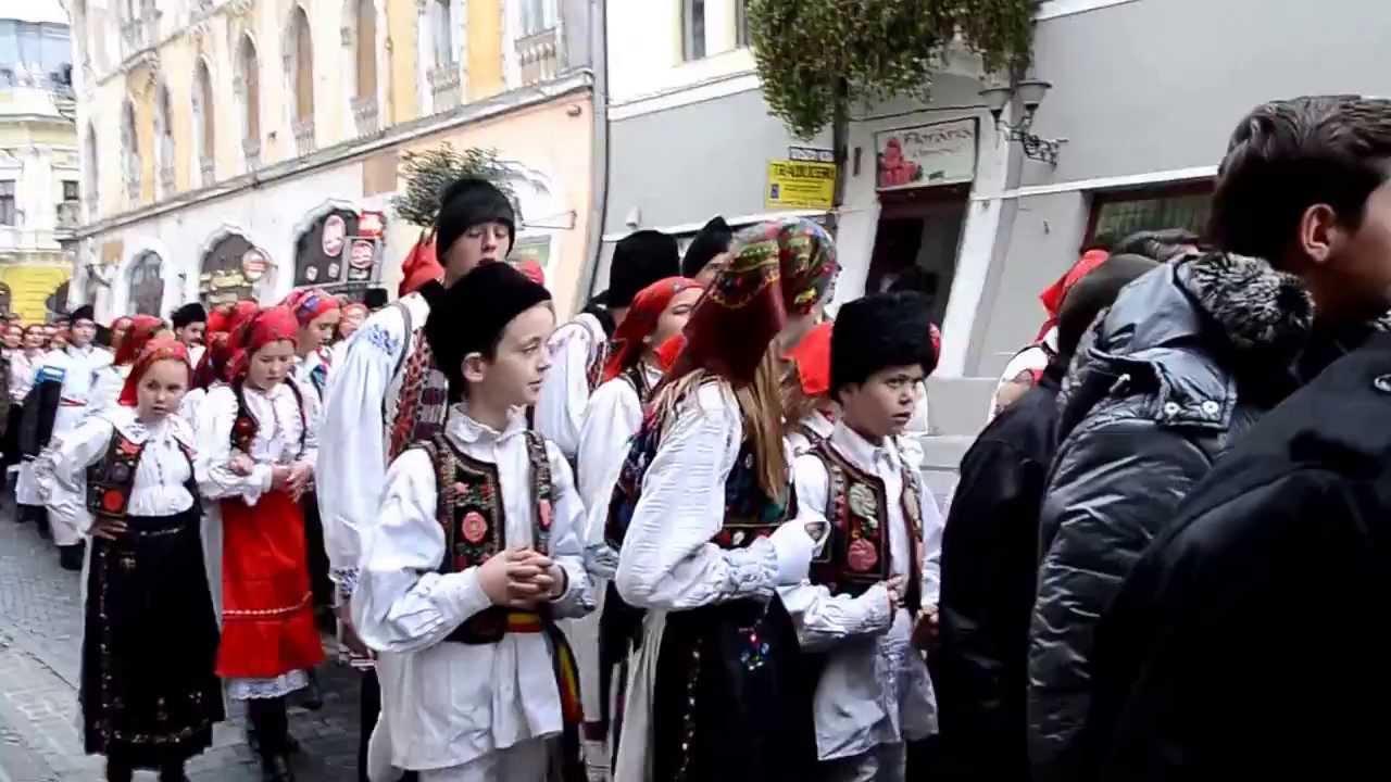 Noi umblăm a colinda: Sute de elevi au colindat în port popular în Oradea