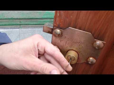 Взлом отмычками --    Вскрытие цилиндрового (английского) замка отмычки