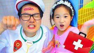 Boram s'amusent au centre de jeux pour enfants