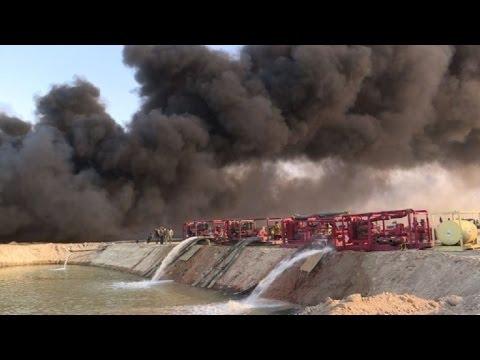 Iraquíes luchan contra incendios provocados en pozos petroleros