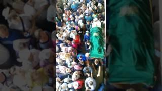Тело Хании Фархи под аплодисменты было вынесено на улицу