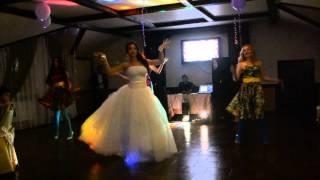 подарок для жениха. танец невесты и ее пожружек)))