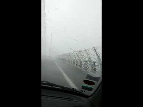 Déluge viaduc de Millau en voiture changement de météo