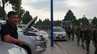 Bộ đội Việt Nam hành quân ngang nhà vui quá