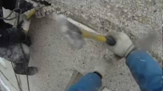 Вскрытие и очистка межпанельных швов.mp4(Промышленные альпинисты выполняют вскрытие и очистку старых швов. На видео видно, что в некоторых местах..., 2011-06-13T13:34:15.000Z)