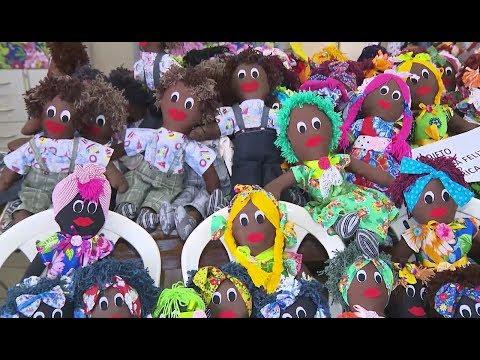 Voluntárias fazem bonecas de pano que vão para crianças africanas