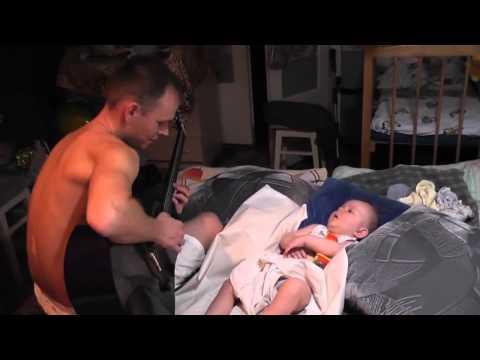 Ce bébé chante lui même pour s'endormir quand son papa joue de la guitare ! Regardez la video
