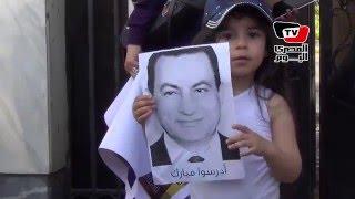 أنصار مبارك أمام «المعادي العسكري»: «أصحى فوق مبارك يبقي أبوك»
