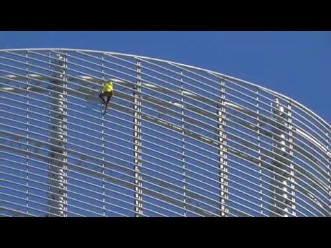 شاهد: -سبايدرمان فرنسا- يتسلق ناطحة سحاب لإنقاذ كنيسة نوتردام …  - نشر قبل 2 ساعة