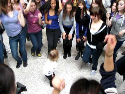 Petite fille qui danse au lancement de la http www - Petite souris qui danse ...