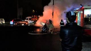 Смотреть видео На Волоколамском шоссе после ДТП сгорела машина онлайн