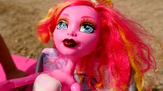 Видео Монстер Хай: Элис и Гулиопа на пляже