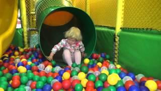 Детский лабиринт. Лиза играет, прыгает на батуте, катается с горки в сухой бассейн с шариками.(Развлекательный центр Динопланета: видео для детей. Лиза играет, прыгает на батуте, катается с горки в сухой..., 2015-10-29T08:13:12.000Z)