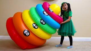 아이들을 위해 마법의 쌓기 링을 변형시키는 역할 놀이하는 제니